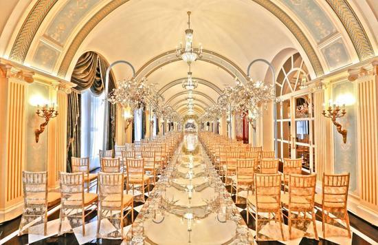 天津丽思卡尔顿酒店地处天津市泰安道英式风情区,外观与室内装潢均洋溢着欧洲新古典风格,堪称市内最典雅浪漫的酒店之一。酒店拥有1050平方米的无柱式宴会厅,由蜚声国际的法国著名设计大师Pierre-Yves Rochon精心设计,优雅华贵而独具特色。宴会厅可分隔为5间独立的场地,或根据新人要求进行不同的组合,满足规模多样的婚宴需求。宴会厅宽敞明亮的前厅,可举办餐前酒会。除此以外,酒店独家拥有汽车升降梯,新人可乘坐酒店的劳斯莱斯婚车直达宴会厅,拥有标新立异的婚礼开场,开启震撼全场、毕生难忘的婚礼庆典。 细致