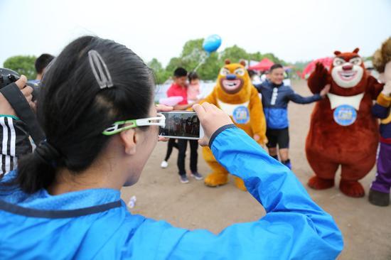熊大熊二和光头强一出场就引起跑友和游客围观拍照