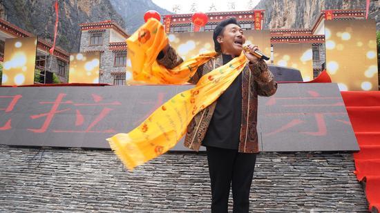 歌手容中尔甲表演歌曲《高原红》
