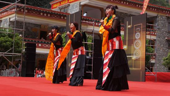 雪莲三组合表演歌曲《扎西德勒》