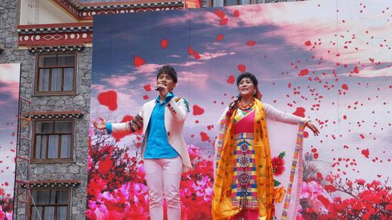 歌手宗庸卓玛与扎西顿珠表演歌曲《高原在我心上》