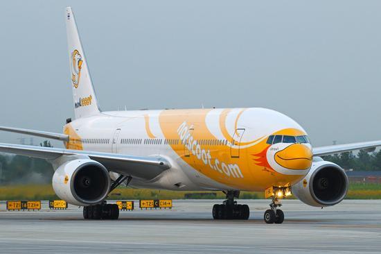 酷鸟航空首席执行官Piya Yodmani先生表示,4月份,酷鸟航空刚开通沈阳往返于曼谷的定期航班,曼谷和重庆之间的航班紧随其后首飞,我们感到非常激动!酷鸟的超值机票,再加上宽敞的宽体波音777客机和创新的客舱服务产品,肯定能为乘客带来一次性价比超高的无与伦比的旅行体验。   曼谷作为泰国的首都,同时还以其热情好客而被称之为微笑之国。曼谷拥有著名的繁华夜市,有美味的街边小吃,也有世界级的高档餐饮,同时还提供实惠而又时尚的购物体验,我相信它是重庆和中国西部地区游客眼中极具吸引力的旅游目的地!