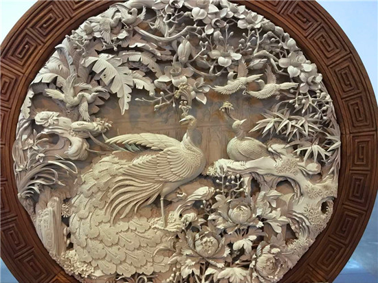 作为中国的木雕之乡的剑川,木雕的源头最早可追溯到5300年前。白族人民在吸收了汉族和其他民族的文化和生产技术后,逐步形成了独特精湛的技艺。木雕主要用于建筑物装饰,以浮雕为多,现已发展为艺术价值很高的木雕工艺品。雕得金龙腾空舞,刻出雄鸡报五更,凿成百鸟枝头唱,镂花引蜜蜂!一首传统白曲,也是剑川木雕生动的吟唱!
