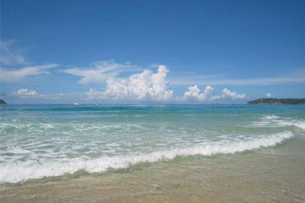东疆湾沙滩景区是我国最大的人造沙滩景区,位于天津港东疆