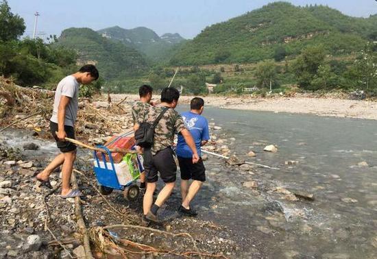 仙台山工作人员运送物资