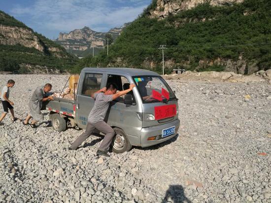 仙台山总经理胡捷带领员工上山协助运送救灾物资