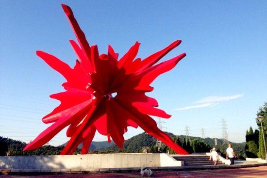 新浪旅游配图:红与火雕塑 摄影:图片来自旅游攻略