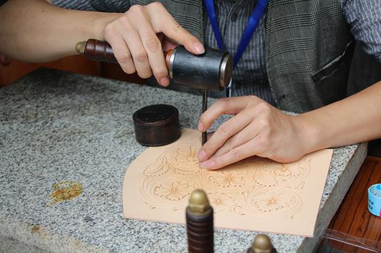 刘智熙在制作皮雕
