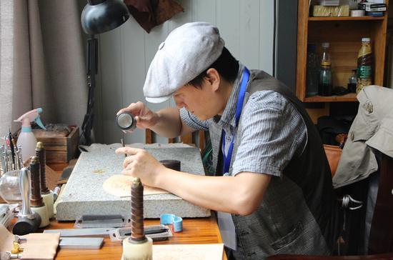 云南著名皮雕艺术家刘智熙