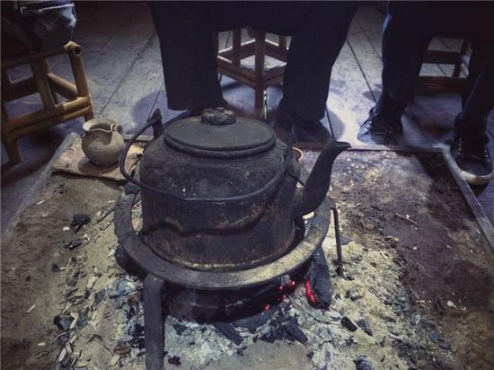 拉祜族烤茶的火塘