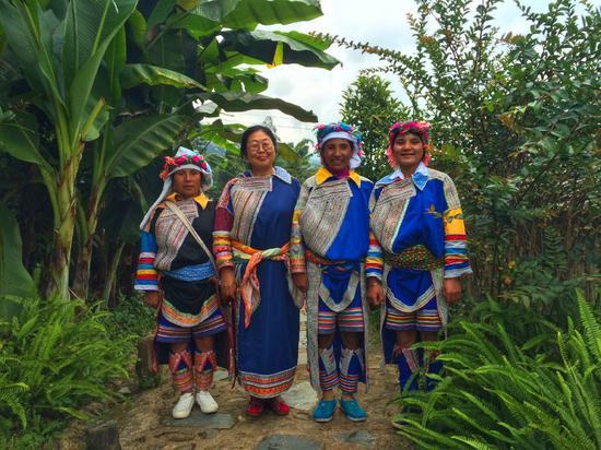 @涛儿妈 身穿拉祜族服饰和当地人合影