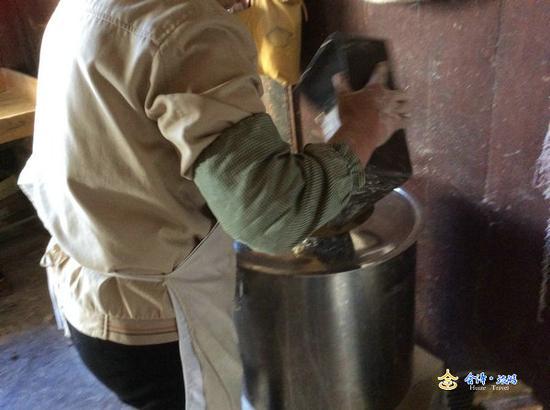放入适量的碱揉制,为了使面粉搅伴的更均匀,可放在一个桶型的搅拌器内
