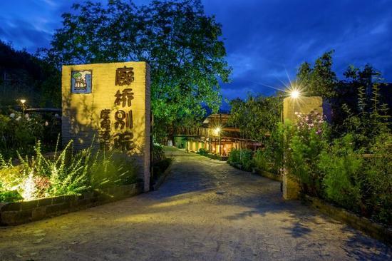 庭院内既有中国古代建筑的廊桥文化元素