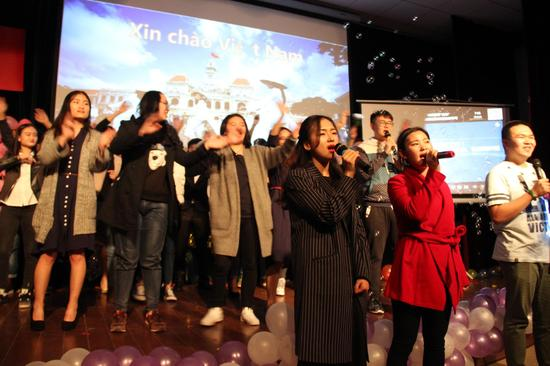 中越学生共唱结束曲《Xin Chao Viet Nam》