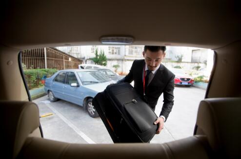 图三 昆航接送机专车司机为旅客放行李