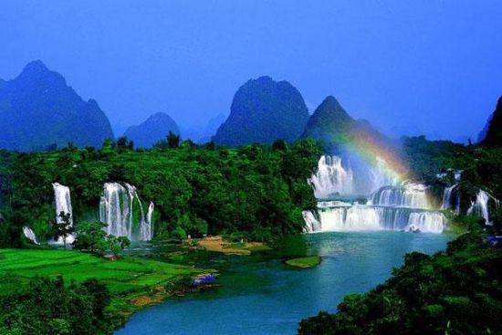 远眺<a href='//travel.sina.com.cn/chongzuo_detianpubu-lvyou/' target='_blank'><a href='//travel.sina.com.cn/chongzuo_detianpubu-lvyou/' target='_blank'>德天瀑布</a></a>