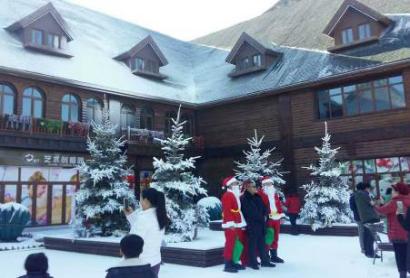 游客在童话风情商街与圣诞老人合影