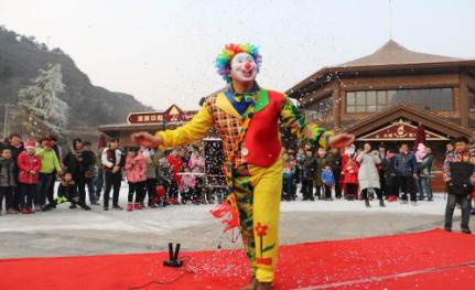 小丑精彩的魔术表演