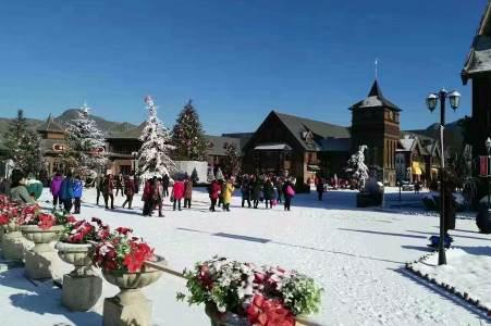 四季圣诞小镇游客汇聚