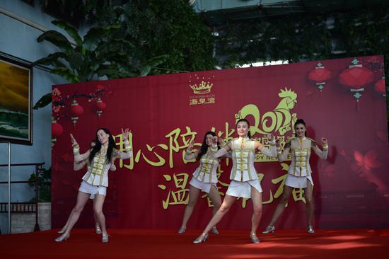 外籍舞蹈演员表演《小鸡小鸡》