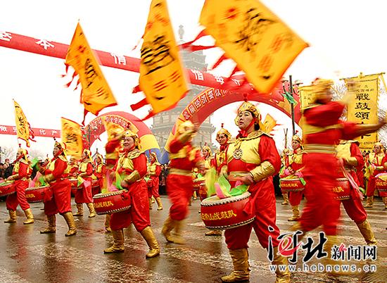 1月31日,正定新春庙会上表演的常山战鼓。 记者 任光阳摄