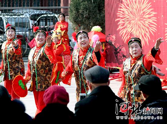 1月31日,在正定县荣国府,民间艺人在表演传统民俗节目。记者 任光阳摄