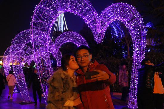 芜湖方特情人节情侣甜蜜相拥