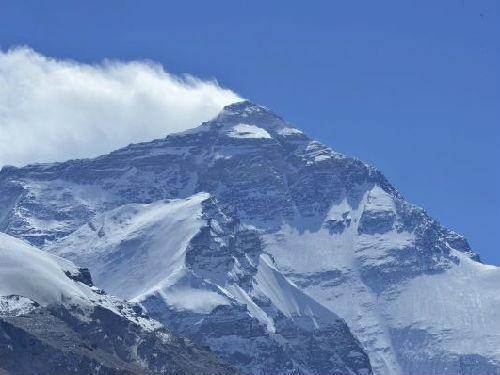 资料图片:世界最高峰珠穆朗玛峰。新华社发