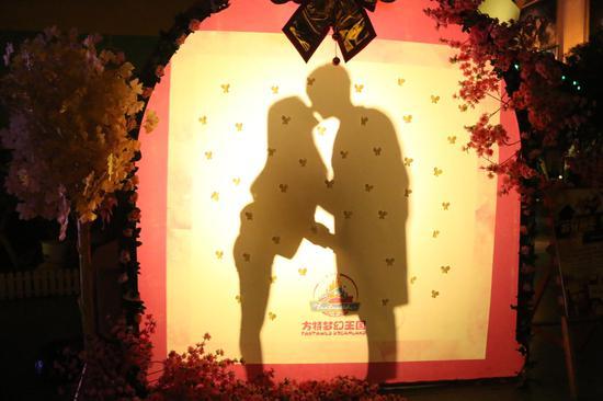芜湖方特爱心影棚携手相吻