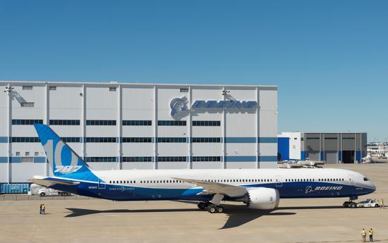 新浪航空讯 2017年2月17日,南卡州北查尔斯顿  787梦想飞机家族的第三个成员787-10于今日在波音南卡工厂首次亮相。美国总统唐纳德特朗普和数千名波音员工共同庆祝了这一盛事。   波音公司董事长、总裁兼首席执行官丹尼斯米伦伯格(Dennis Muilenburg)表示:在波音南卡工厂发生的一切堪称一个巨大成功。在仅仅几年间,我们的团队将一片原野变成了一个现代化航空制造设施,向全世界的航空公司交付787飞机。   787-10由波音南卡工厂独家生产,将在几周后进行首飞。   波音民用飞