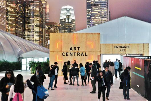 到维多利亚海港旁漫步,同时欣赏Art Central展览会,好不惬意。图片来源:香港旅游发展局