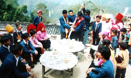 """""""长筷戏新郎""""已成为阿昌族婚俗中的重要组成部分,在筷头上还挂些水果,一是看新郎搛菜有没有诚心,二是祝福新郎新娘早日开花结果。"""