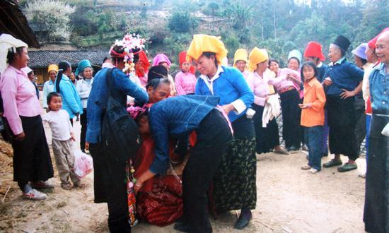 女方的婶娘和长嫂,簇拥着盖红头巾的新娘,到堂屋行跪礼,拜别祖宗、父母,新娘哭着舍不得去。