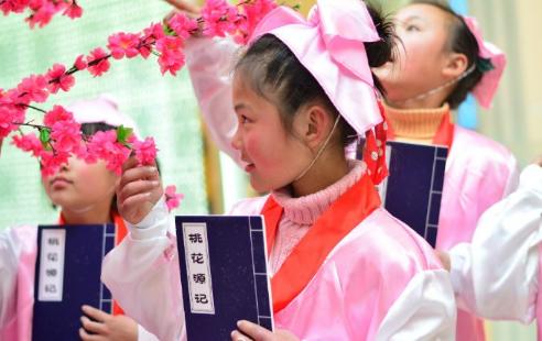 学子诵读《桃花源记》(图源:@合肥晚报)