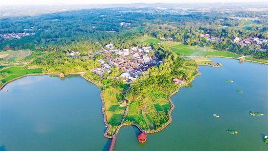 琼海市塔洋镇七星伴月乡村旅游景区结合当地优质资源发展全域旅游,受到市民游客欢迎。 记者 张杰 摄