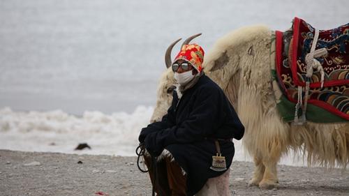纳木措湖畔的牧民