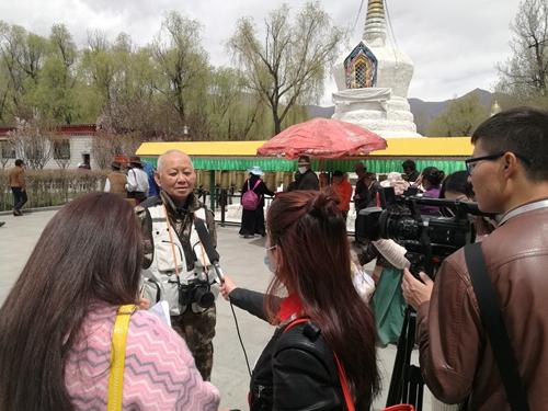 老摄影家全玉玺接受西藏当地媒体访问
