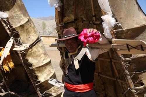 俊巴渔村的民间艺人和他心爱的牛皮筏