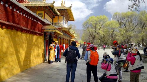 摄影家们在罗布林卡拍摄藏式宫廷服装