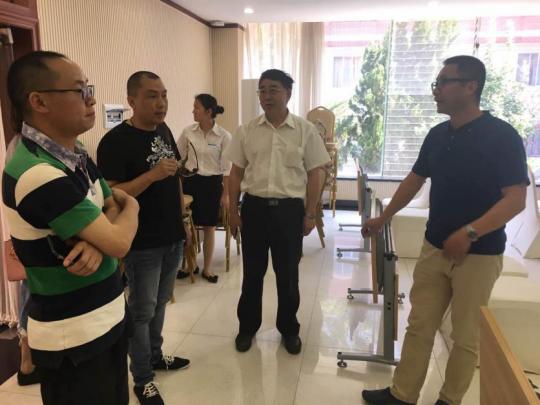 云南省民办教育协会副秘书长訾鸣(左一)考察研学接待能力