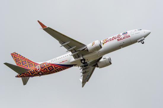 新浪航空讯 2017年5月16日,西雅图波音今日庆祝了首架737 MAX新型飞机的交付。这架737 MAX 8被交付给马来西亚马印航空公司,他们将率先把737 MAX投入商业运营。   波音民用飞机集团总裁兼首席执行官凯文迈卡利斯特(Kevin G。 McAllister)表示:这架飞机将改变单通道市场的面貌。737 MAX 8是同级别中最佳机型,可以为我们的航空公司客户提供无与伦比的飞行性能和经济性。   马印航空首席执行官詹德兰拉马慕迪(Chandran Rama Muthy)表示: