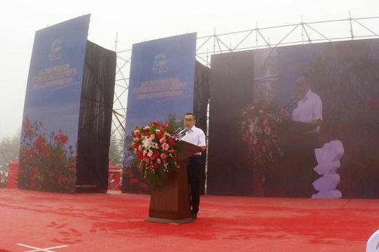 秀山县宣传部部长周毅在开幕式上致辞