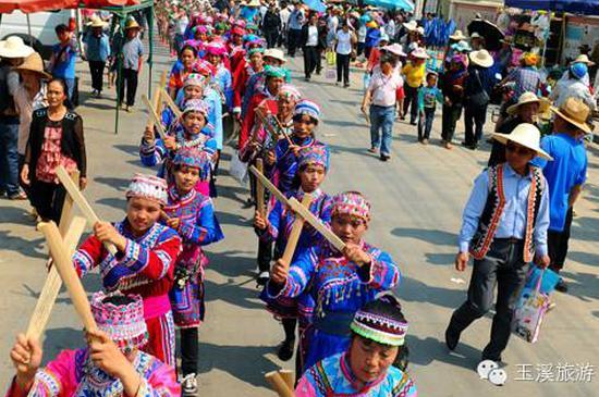 拉祜族妇女沿街表演别具特色的筷子舞