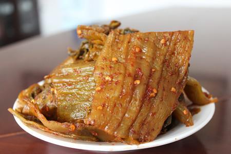 老腌菜是新平家喻户晓的传统美食,人们常用它来制作腌菜鱼、腌菜肉,并用其调配酸汤。