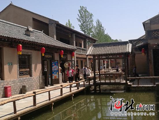 太行水镇内的水街。 记者林凤斌摄