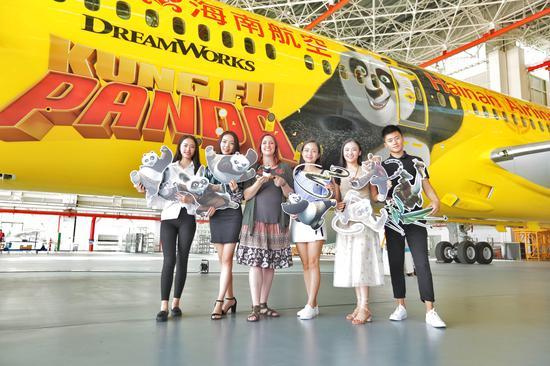 新浪航空讯 5月29日早,海南航空HU7181航班载着功夫熊猫阿宝与伙伴们的奇幻梦想冲上云霄,从椰城海口飞往首都北京。作为海南航空第三架功夫熊猫涂装飞机,这架飞机在众人的欢呼声中以耀眼的黄色身姿划过天际,正式首飞亮相。   在本架航班中,有一名身份特殊的旅客来自美国阿拉斯加的青年设计师Hannah Foss。一周前,她搭乘海南航空全新交付的波音787-9梦想飞机从西雅图飞往海口,开启了一场圆梦之旅。去年9月,Hannah Foss以其天马行空的创意和对中国元素的完美运用,在海南航空发起的