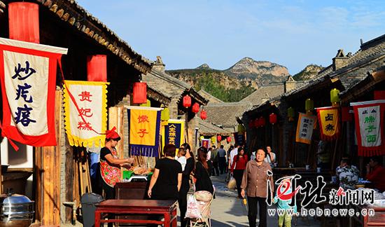 太行水镇内的小吃街。 记者林凤斌摄