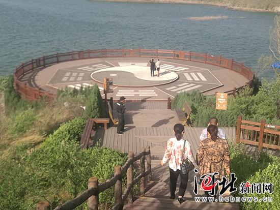 易水湖畔,绘有易文化符号的观光平台。 记者林凤斌摄