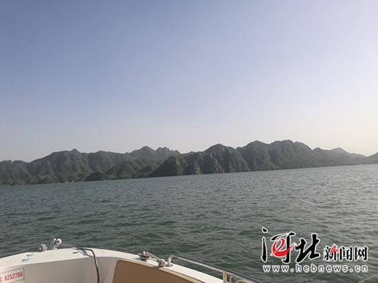 水绿山青的易水湖风光。 记者林凤斌摄