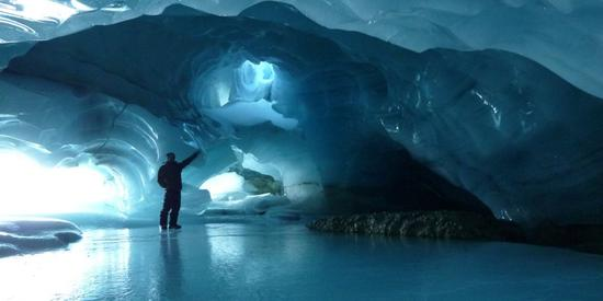 冰洞探险:雪域梦境里的奇缘 来源:Doug Washer